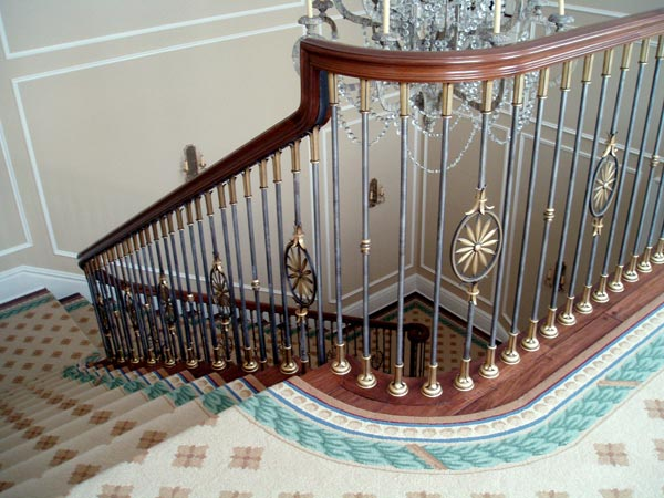 Theo phong thủy khuyên tránh để cầu thang chạy thẳng ra cửa